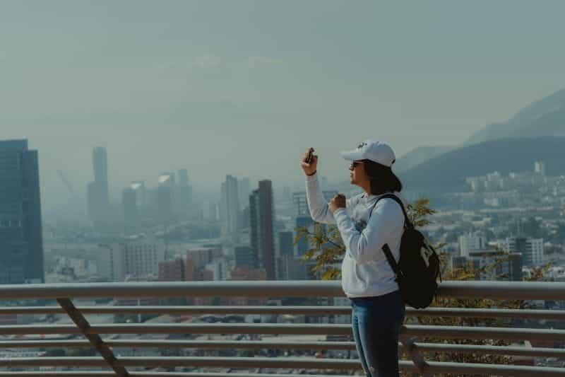 Seorang pengunjung mengambil foto pemandangan kota Obispado di Nuevo Léon, Meksiko.