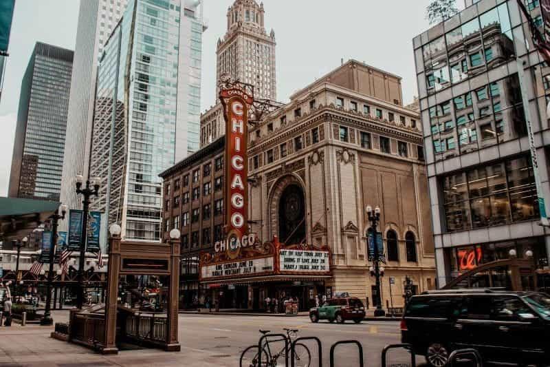 Jalan khas di pusat kota Chicago, Illinois, dengan tenda teater.