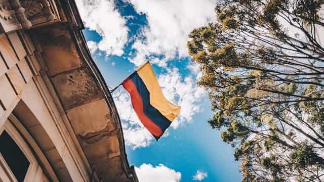 Bendera Kolombia melambai dari atap.
