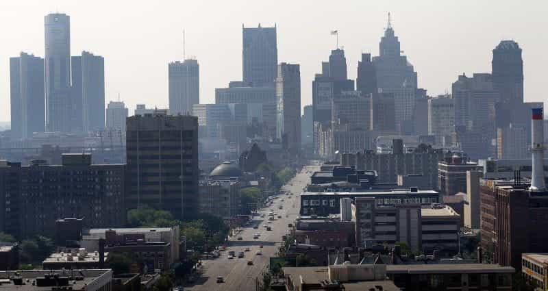 Pusat kota Detroit, Michigan, dengan gedung pencakar langit dan jalan lebar terlihat jelas.