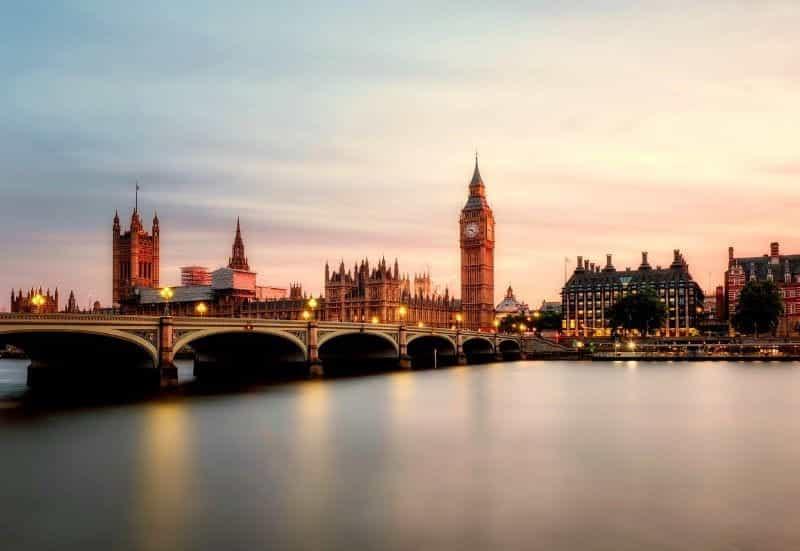 Gedung Parlemen Inggris di seberang sungai Thames.