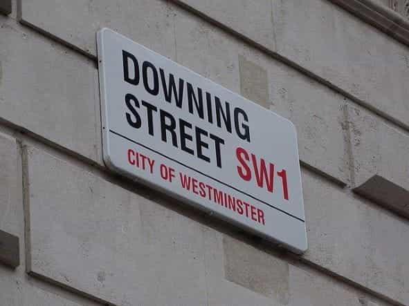Tanda jalan untuk Downing Street di Kota Westminster.