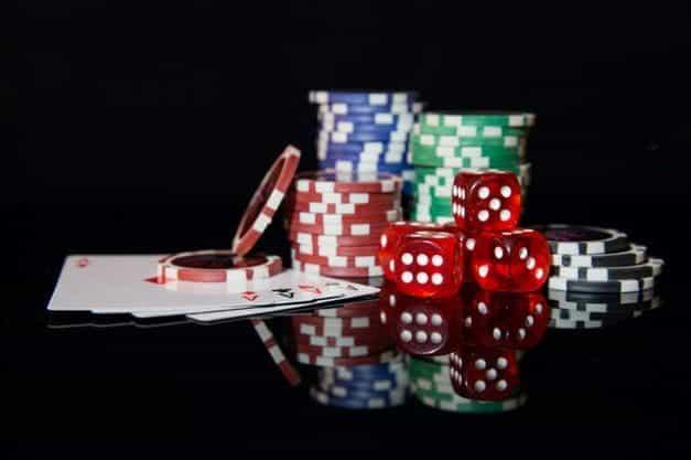 Chip poker, kartu remi dan dadu.