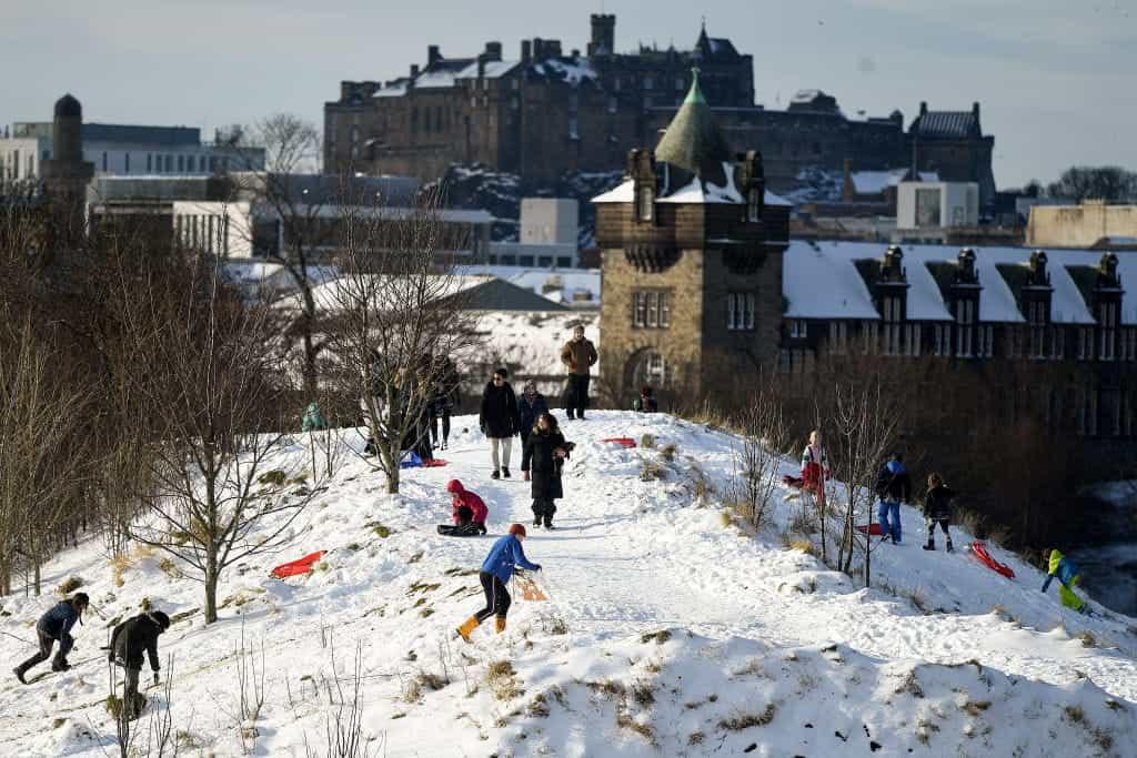 Anak-anak bermain di salju di Edinburgh.