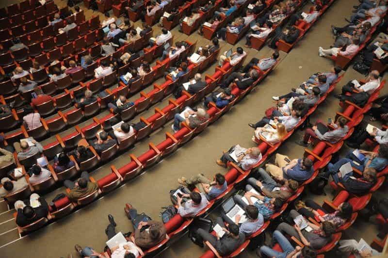Orang-orang di auditorium.