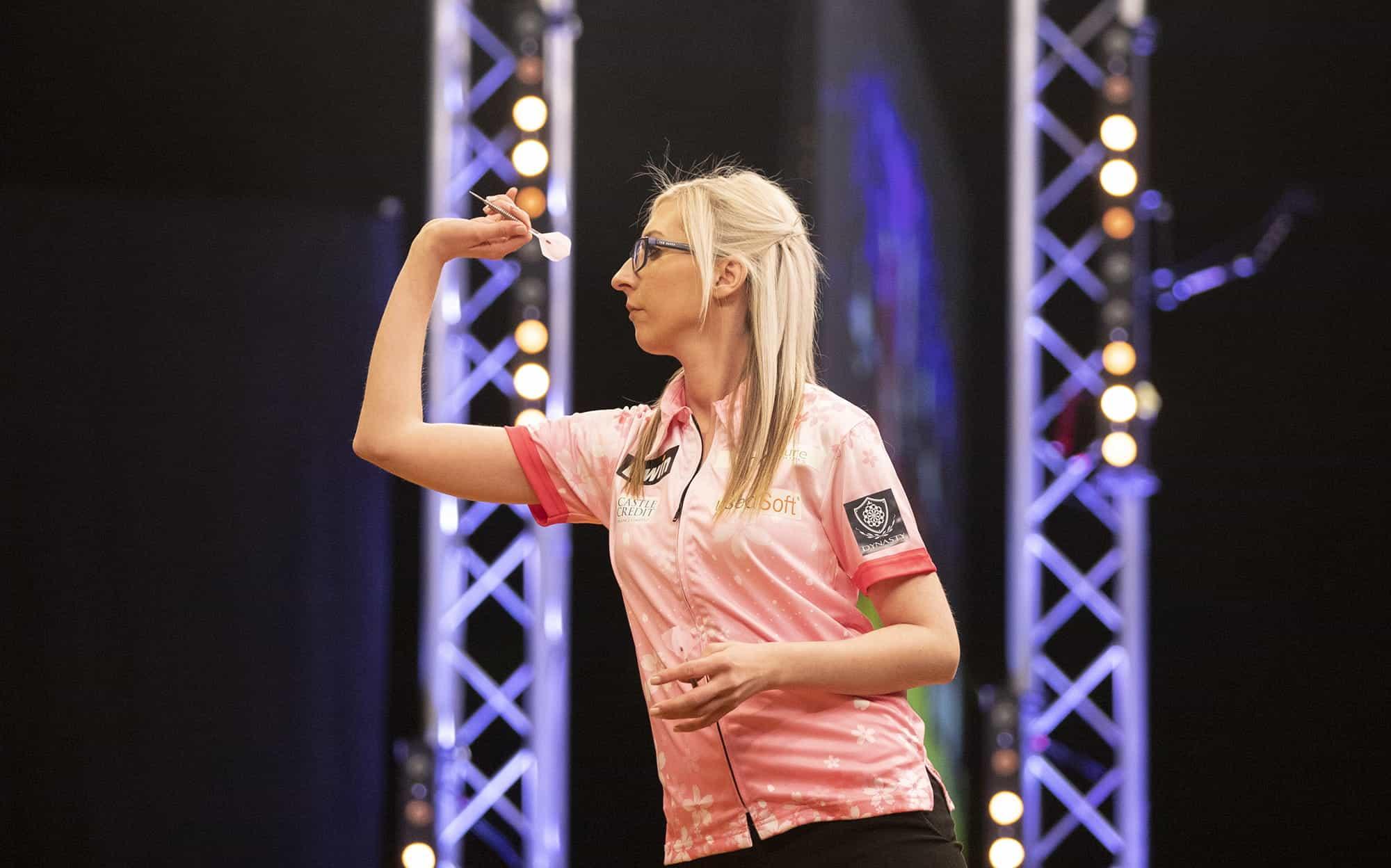 Pemain dart wanita terkemuka Fallon Sherrock.