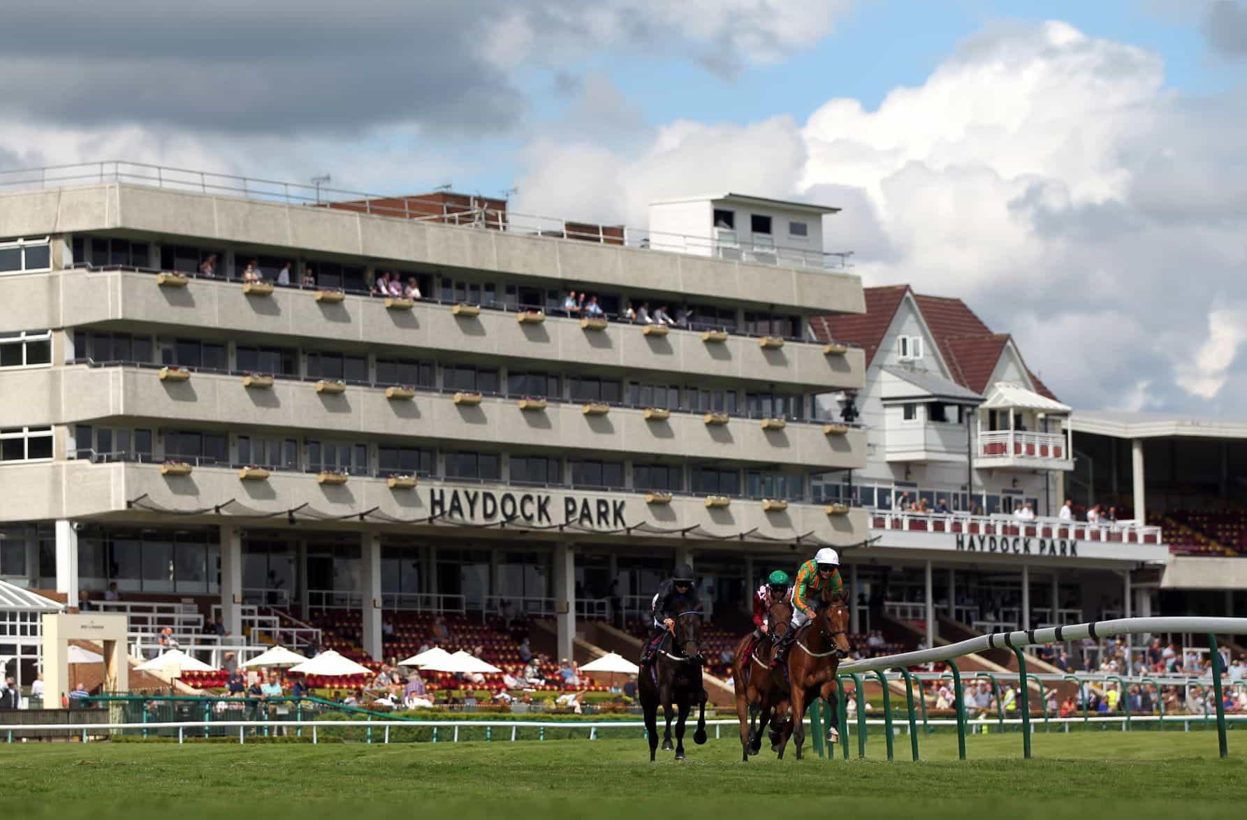 tribun Haydock Park selama hari perlombaan.