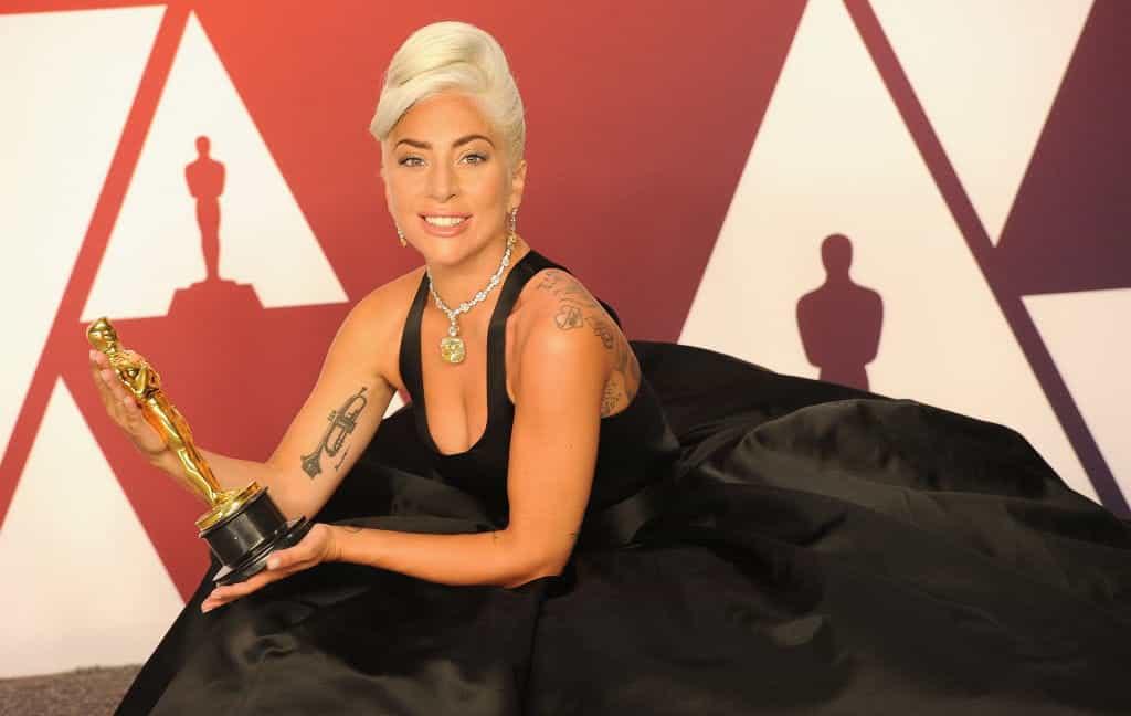 Lady Gaga memamerkan Academy Award-nya