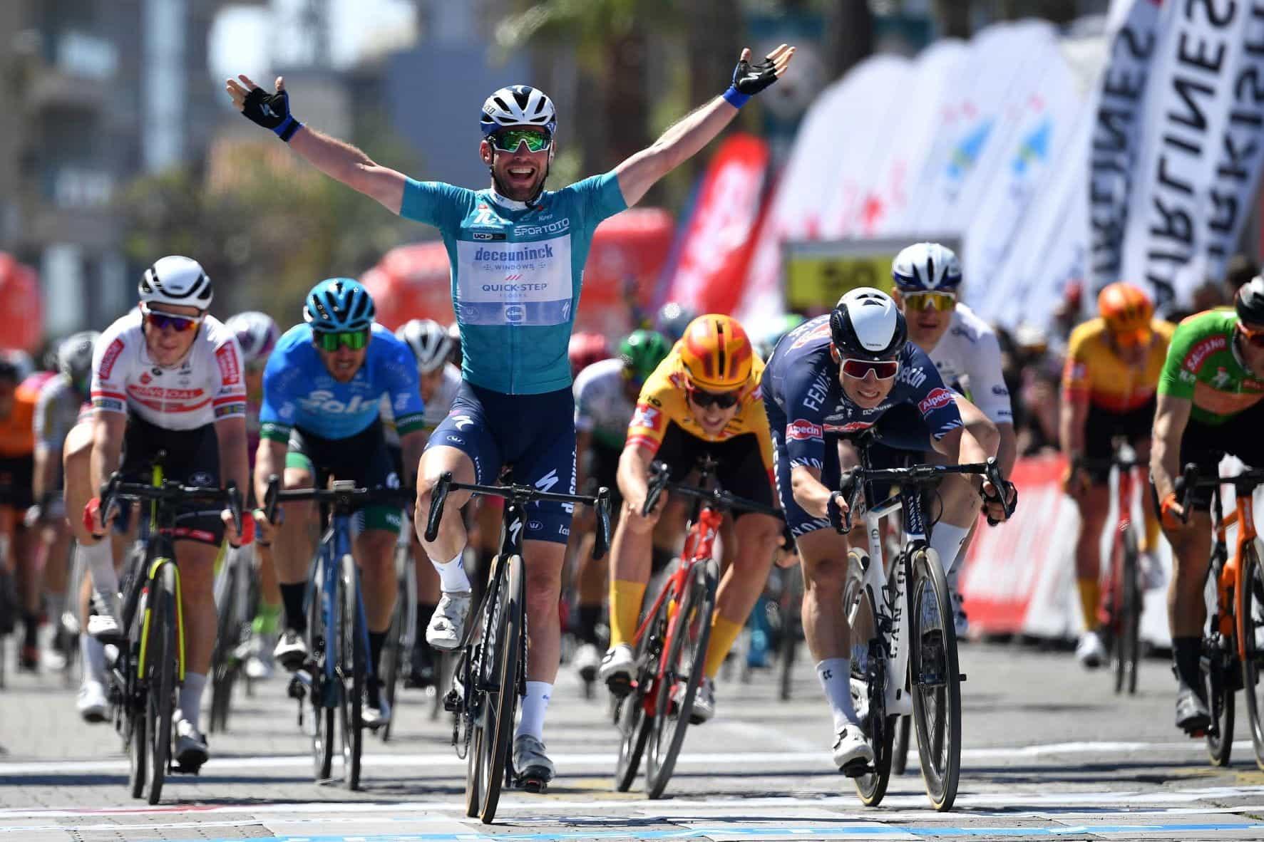 Mark Cavendish merayakan kemenangan balapan di Turki.