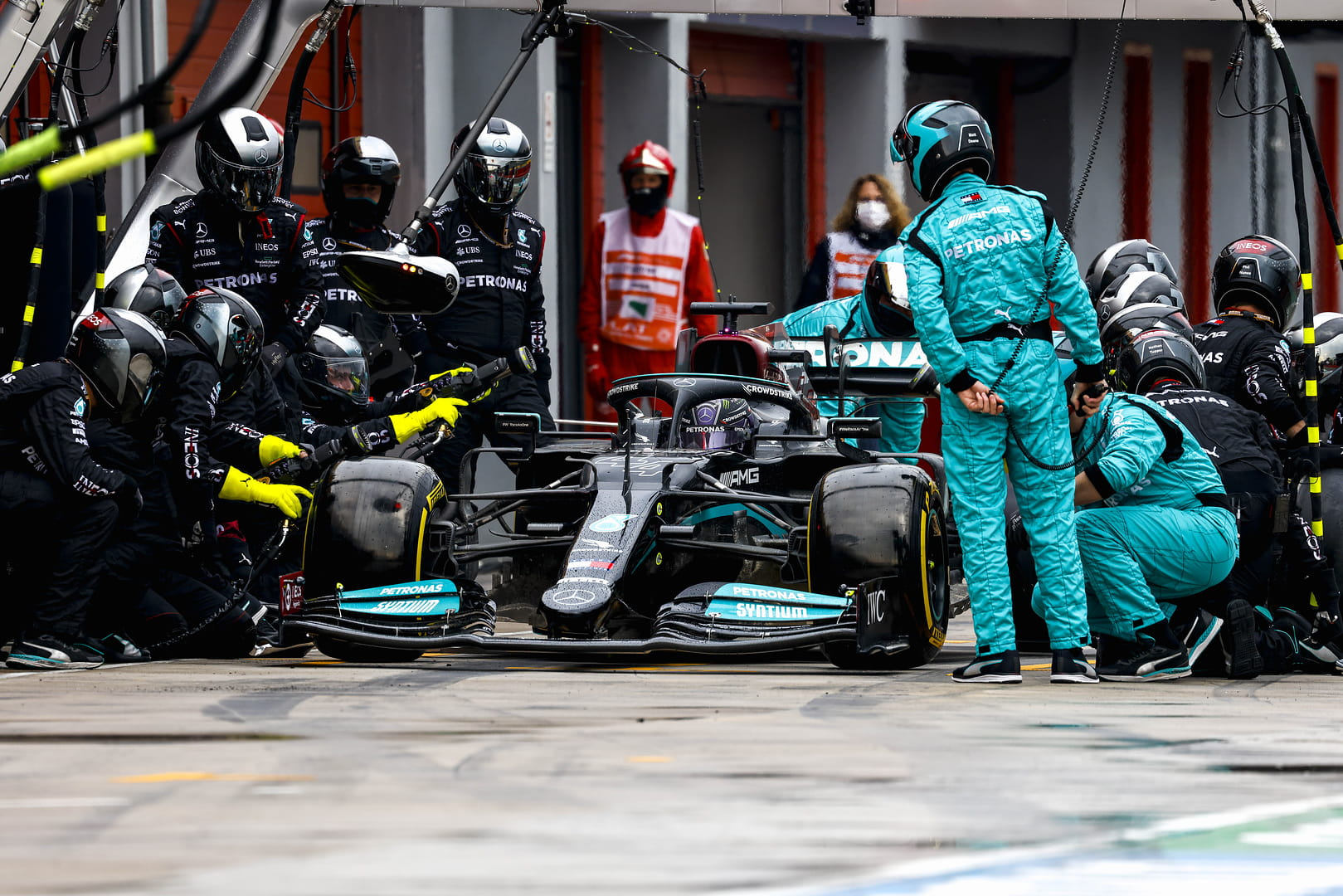 Pitstop tengah balapan untuk Lewis Hamilton.