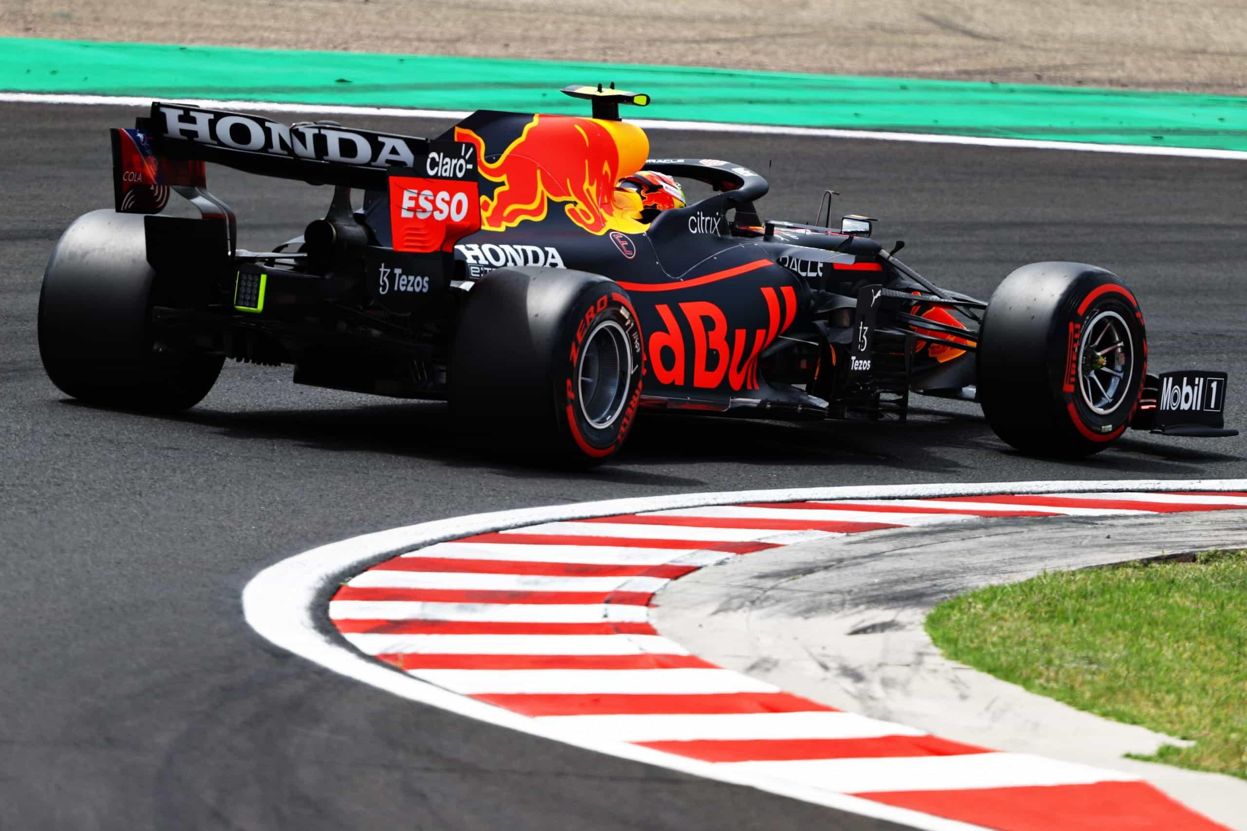 Mobil F1 Red Bull 2021 menikung dengan kecepatan tinggi.