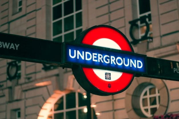 Tanda jalan logo London Underground.
