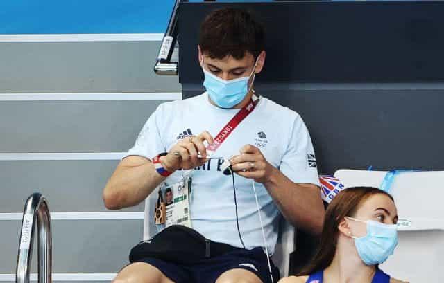 Tom Daley merajut sambil menonton kompetisi menyelam Olimpiade.