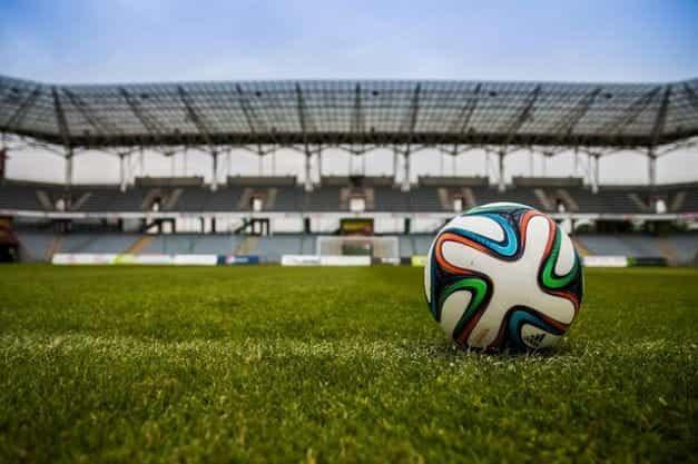 Sebuah sepak bola di lapangan di stadion.