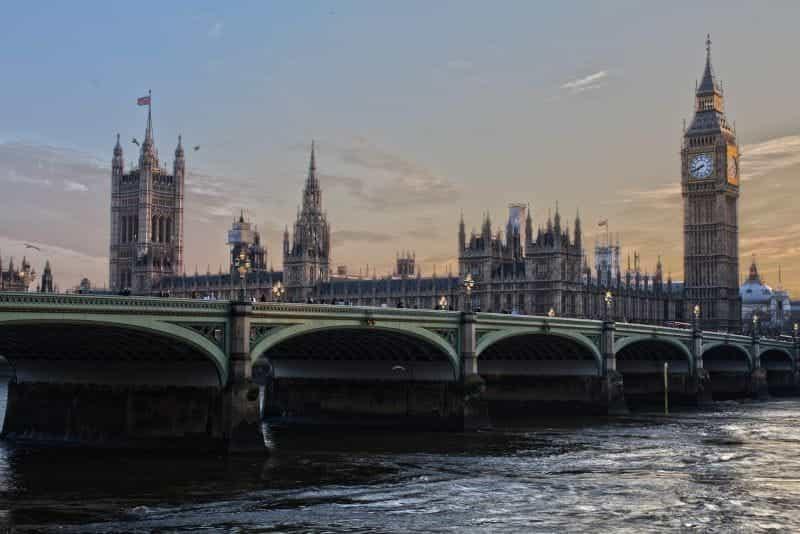 Gedung Parlemen pemerintah Inggris, dengan Big Ben dan Jembatan Westminster.