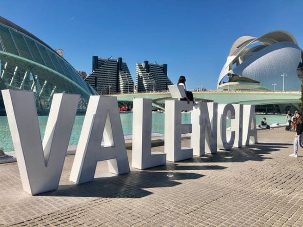 Sebuah tanda besar bertuliskan VALENCIA di depan berbagai tempat wisata.