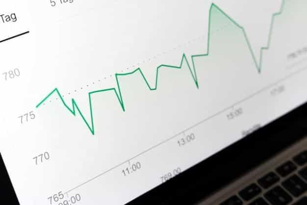 Layar komputer menunjukkan grafik dengan garis tren naik.