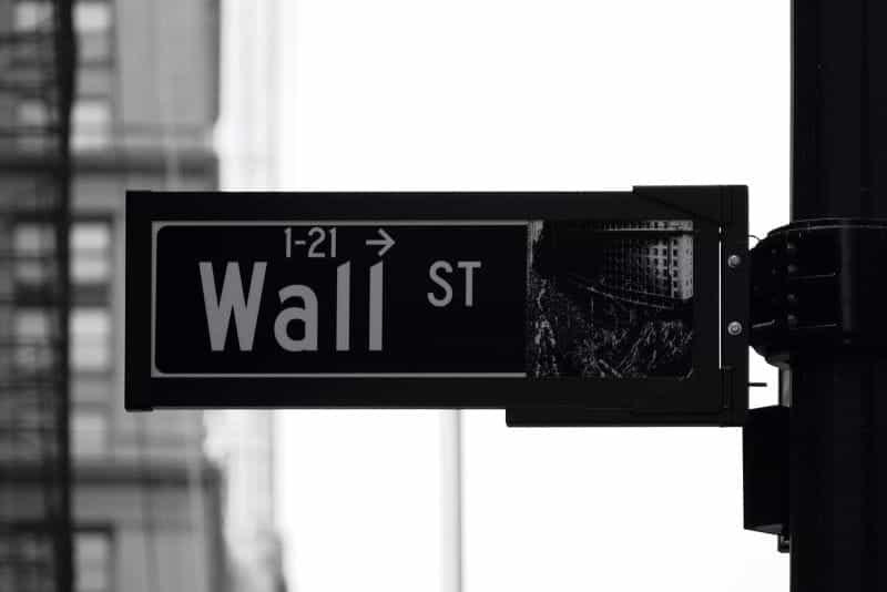 Foto hitam putih tanda jalan untuk Wall St. di New York City, NY, AS.