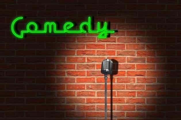 Mikrofon berdiri di dinding bata klub komedi larut malam.
