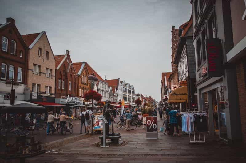 Jalan raya Inggris, dengan toko-toko dan pejalan kaki.