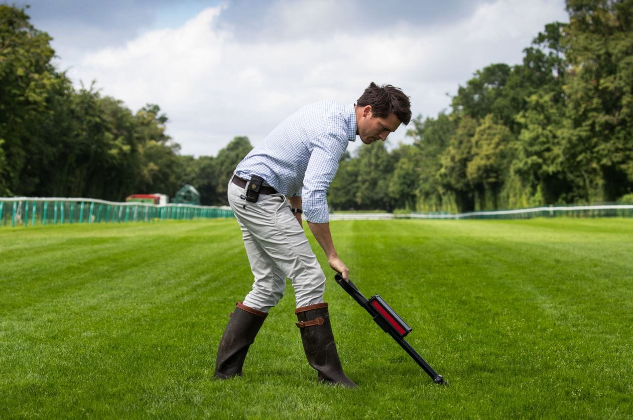 Menguji permukaan Longchamp menggunakan tongkat.