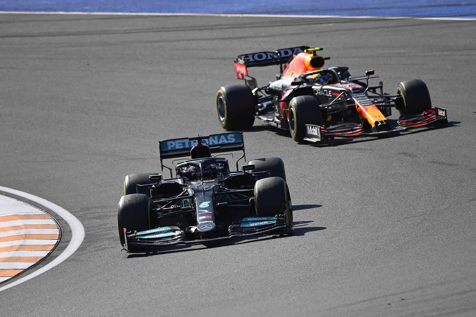 Lewis Hamilton memimpin Max Verstappen.