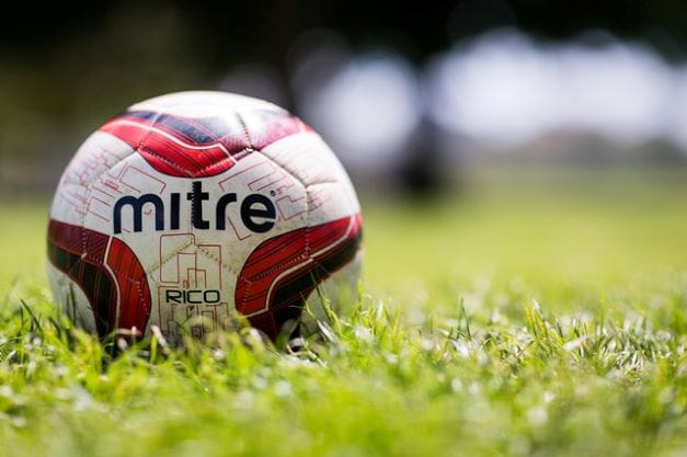 Sebuah sepak bola di atas rumput.