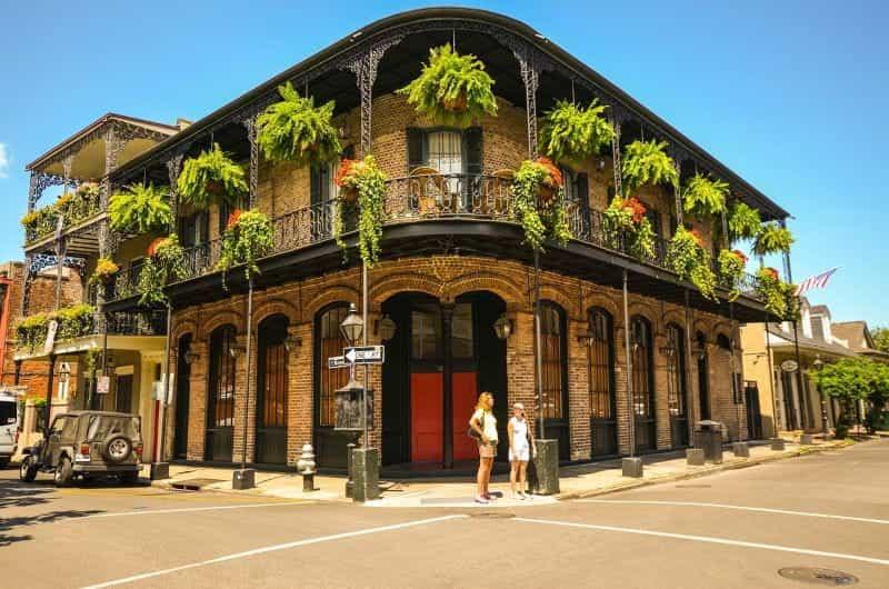 Bangunan arsitektur bergaya New Orleans yang khas di sudut jalan.