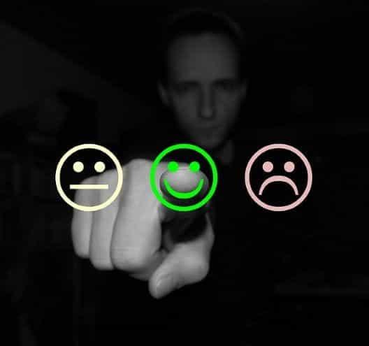 Seseorang memilih wajah tersenyum hijau untuk menunjukkan umpan balik positif.